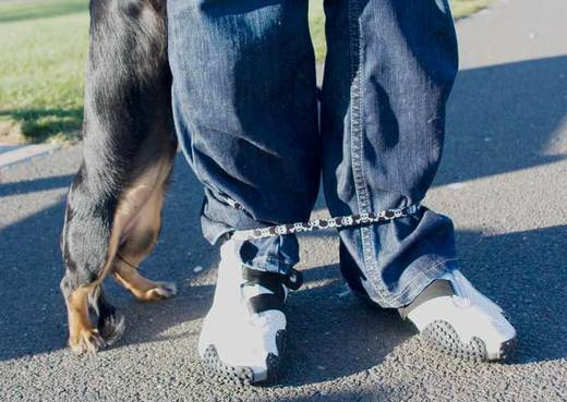 roxie-wraps-helaine's-ankles.jpg